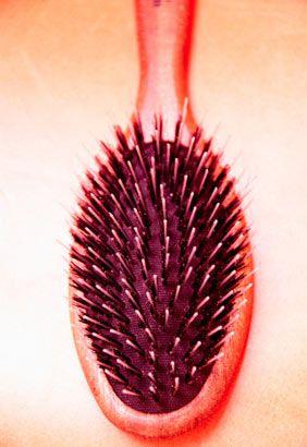 Masaj için  Saç derisi vücudumuzun en havasız kalan bölgelerinden biri. Bu nedenle arada bir masaj yapıp, kan dolaşımı hızlandırman gerek. Uçları yuvarlatılmış, naylon ve kıl karışımlı bir fırçayla saçlarına sabah akşam masaj yaparak tara. Saç köklerinin kuvvetlendiğini ve daha az döküldüğünü göreceksin.